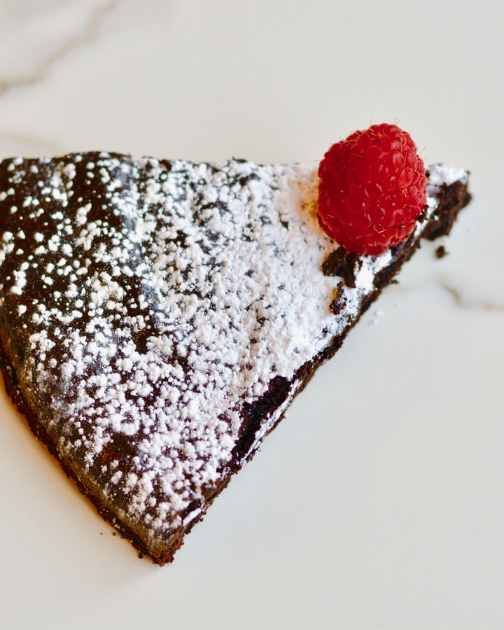 Flourless Chocolate Cake | Simple, natural ingredients, gluten free, refined sugar free and so soft, moist and decadent!